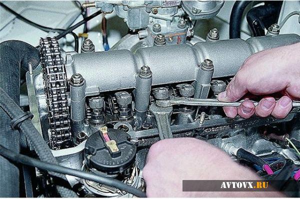 Регулировка клапанов при помощи ключей в ВАЗ 2106